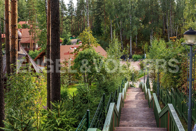 Деревянный мостик, ведущий в южную часть посёлка