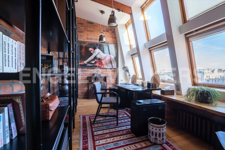 Элитные квартиры в Центральном районе. Санкт-Петербург, Невский пр, 123. 01_Вид из кабинета, третья комната