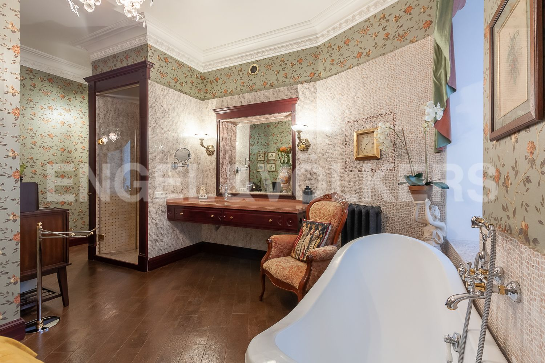 Элитные квартиры в Центральном районе. Санкт-Петербург, Суворовский пр., 57. 15_Ванная комната с душем и ванной