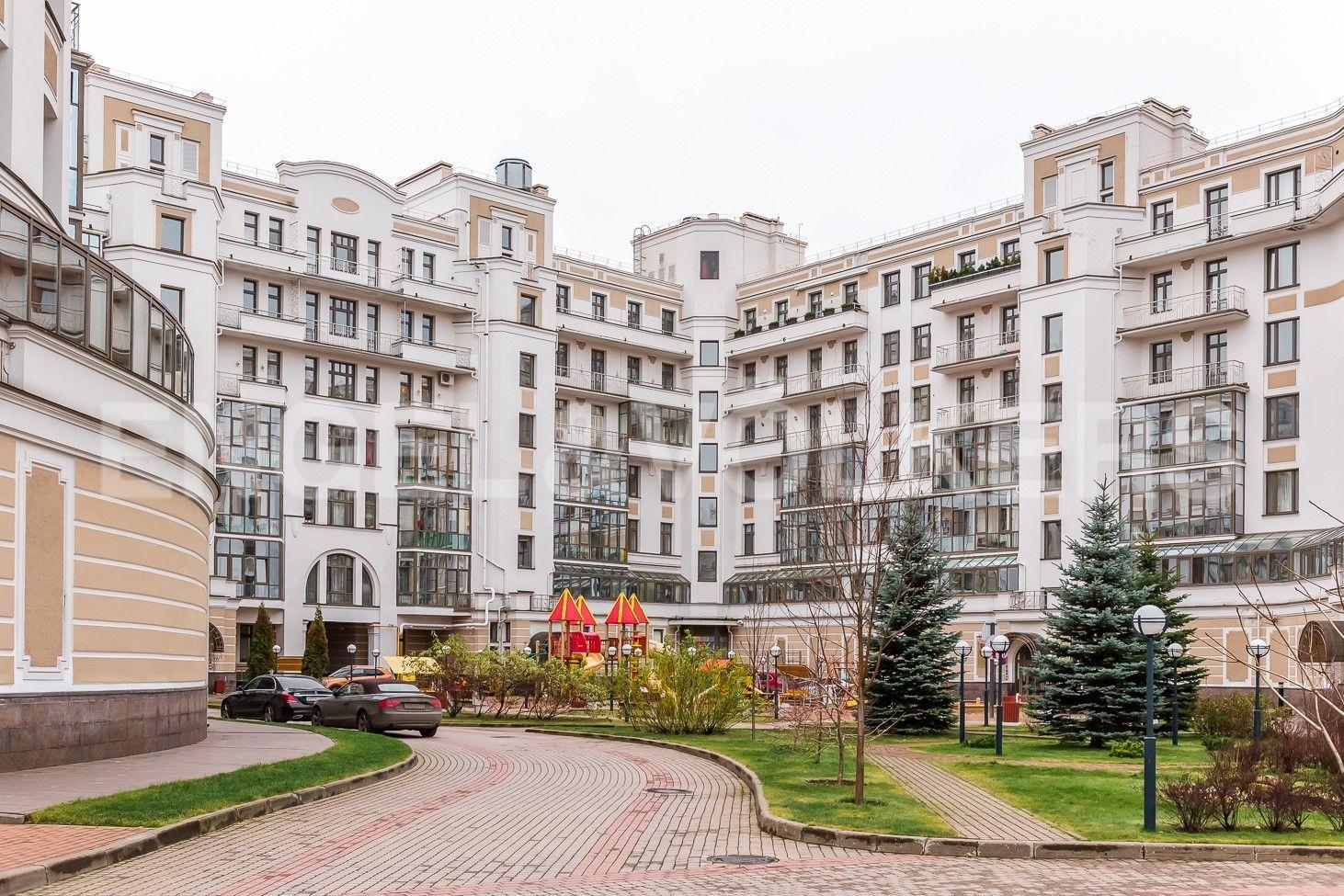 Элитные квартиры на . Санкт-Петербург, Морской пр, 33. Благоустроенный двор