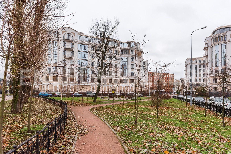 Элитные квартиры на . Санкт-Петербург, Морской пр, 33. Сквер у дома