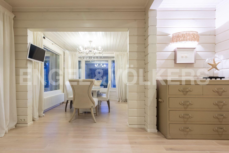 Элитные квартиры в Курортном районе. Санкт-Петербург, п. Репино, Приморское шоссе, д. 412А. Вид из гостиной на столовую зону