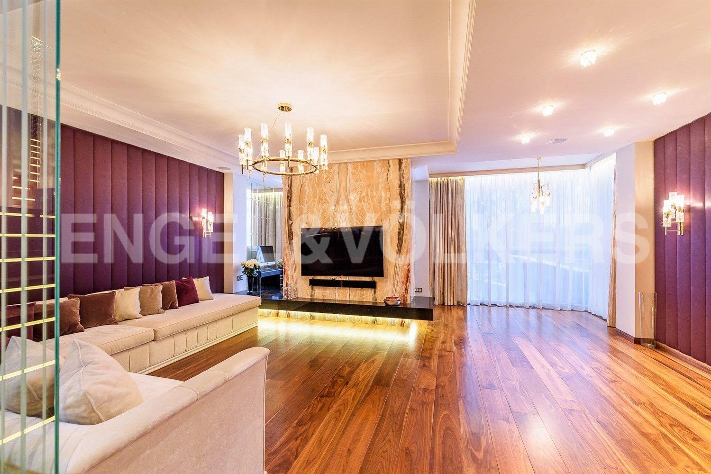 Просторная гостиная пл. 47 кв.м. с панорамным остеклением