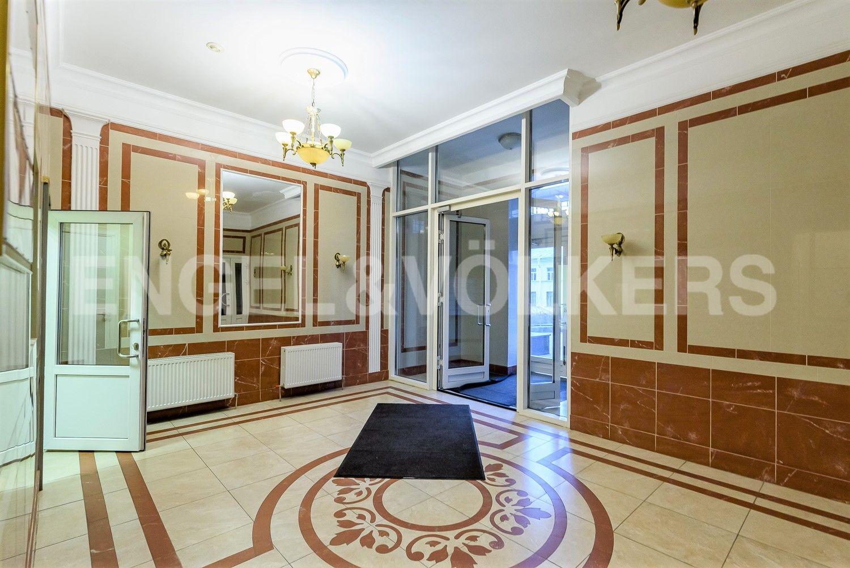 Элитные квартиры в Центральном районе. Санкт-Петербург, ул. Парадная, д. 3, к. 2. Входная группа
