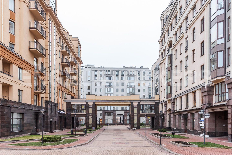 Элитные квартиры в Центральном районе. Санкт-Петербург, ул. Парадная, д. 3, к. 2. Проход к площади с фонтаном