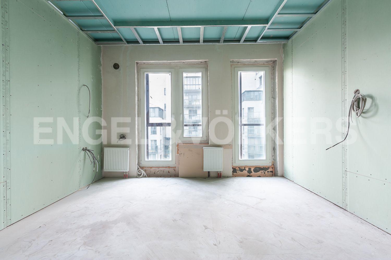 Элитные квартиры в Центральном районе. Санкт-Петербург, ул. Шпалерная, д. 60. Одна из спален с выходом на балкон