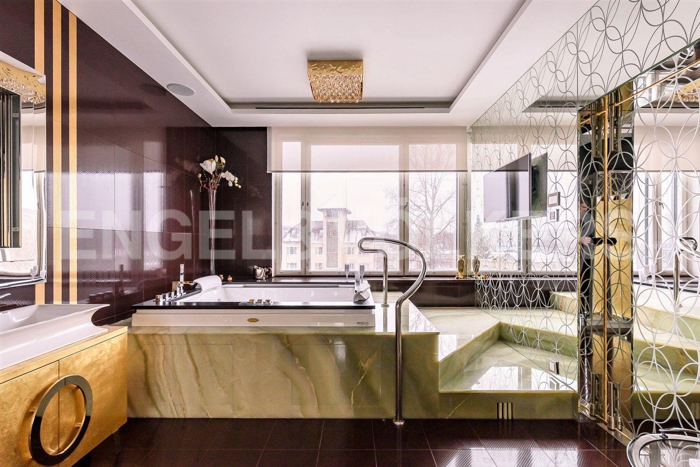 Индивидуальная ванная комната при мастер-спальне