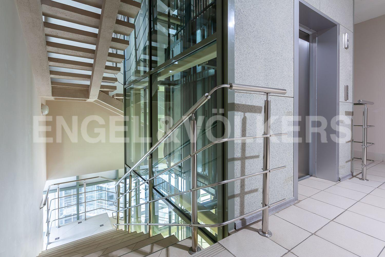 Элитные квартиры в Центральном районе. Санкт-Петербург, ул. Шпалерная, д. 60. Панорамный лифт в парадной