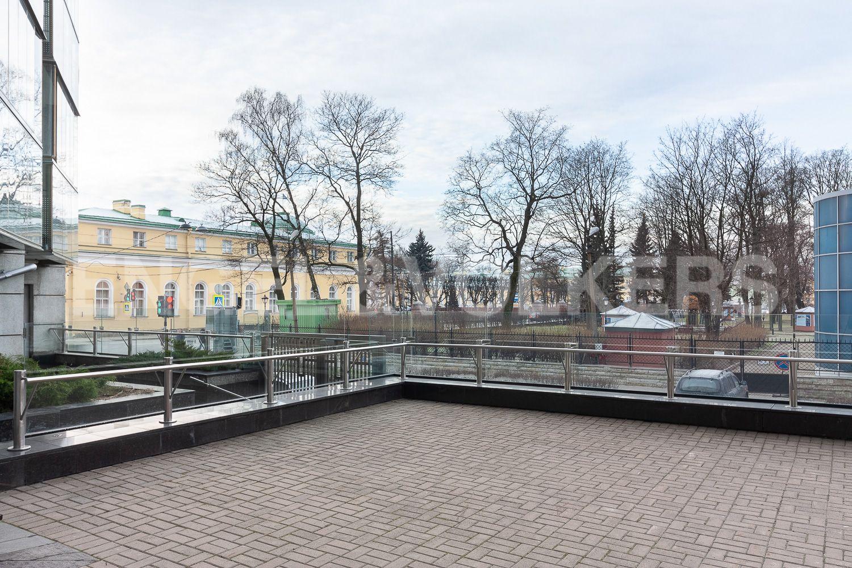 Элитные квартиры в Центральном районе. Санкт-Петербург, ул. Шпалерная, д. 60. Приподнятый уровень внутренней территории комплекса
