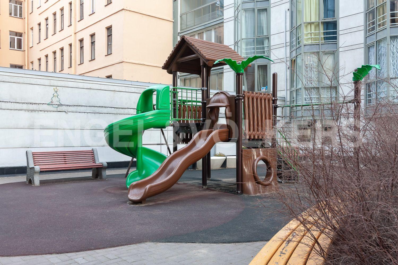 Элитные квартиры в Центральном районе. Санкт-Петербург, ул. Шпалерная, д. 60. Детская площадка на внутренней территории дома