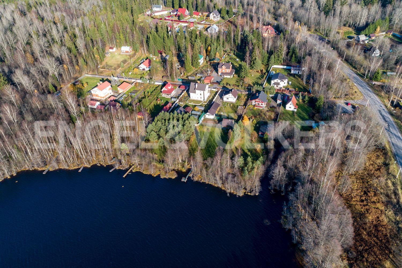 Вид на озеро и участок