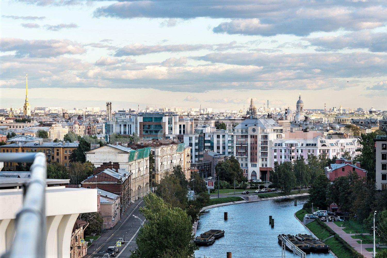 Вид с террасы на архитектурные доминанты Петербурга и реку Ждановку