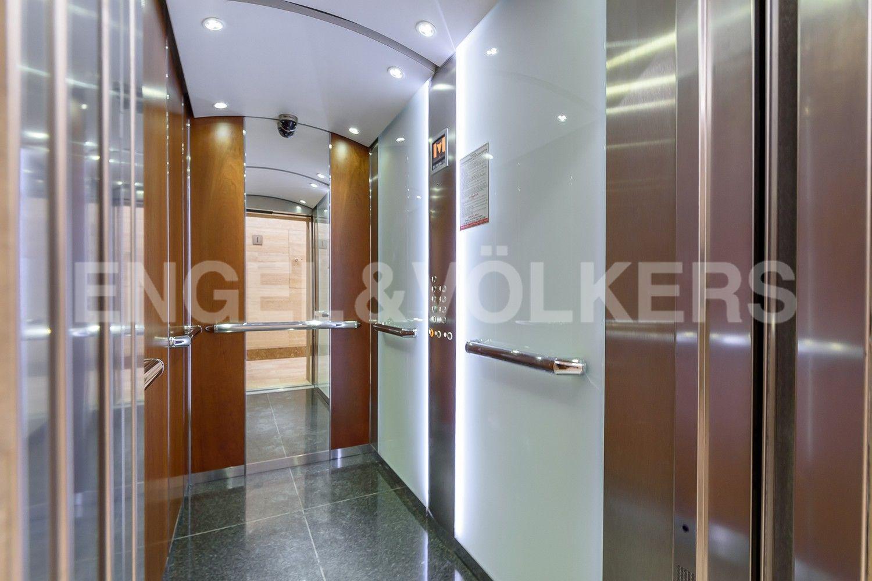 Элитные квартиры на . Санкт-Петербург, Депутатская ул., д.26. Бесшумный лифт в парадной
