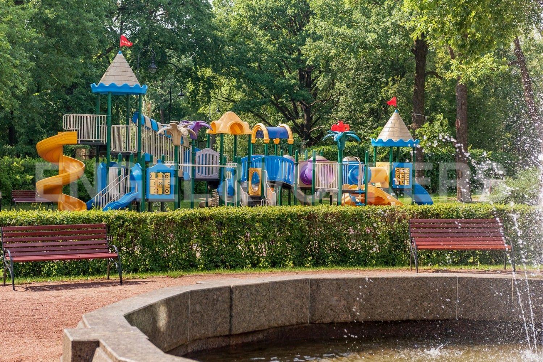Элитные квартиры на . Санкт-Петербург, Крестовский пр., д. 30, лит. А. Фонтан во дворе