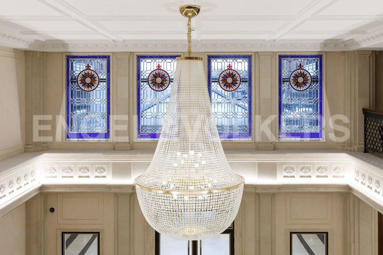 Хрустальная люстра и витражные окна на 2 этаже Лобби