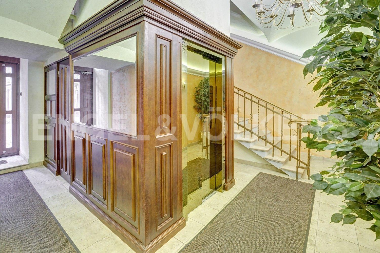 Элитные квартиры в Центральном районе. Санкт-Петербург, Итальянская ул, д.4. Ухоженная парадная с современным лифтом