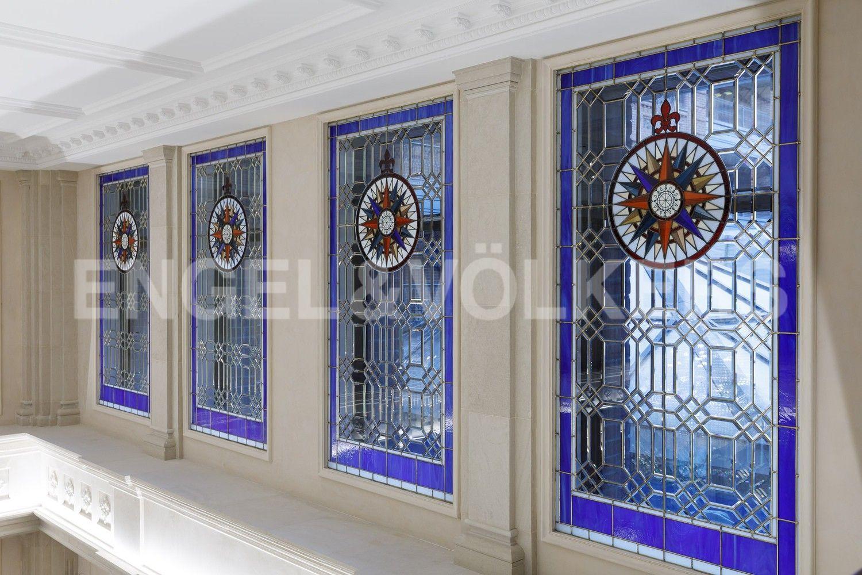 Элитные квартиры на . Санкт-Петербург, наб. Гребного канала, д. 1. Витражные окна в Лобби на 2 этаже