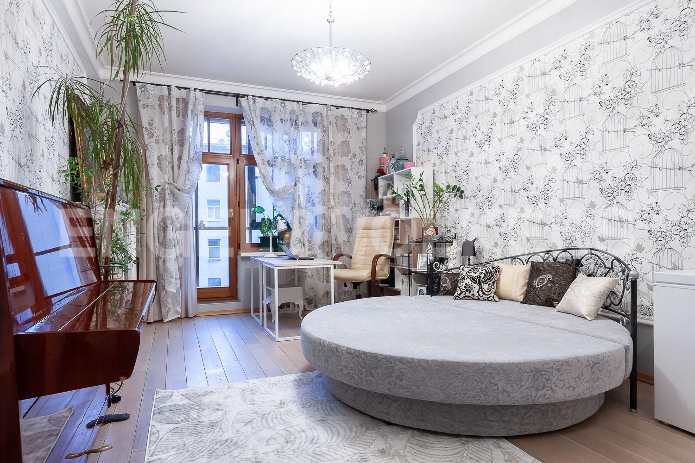 Спальня с остекленной лоджией