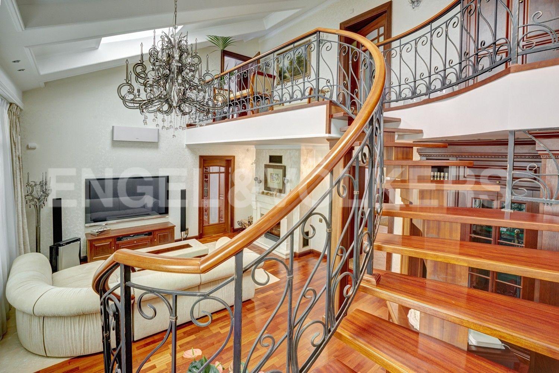 Элитные квартиры в Центральном районе. Санкт-Петербург, Итальянская ул, д.4. Лестница в гостиной к галерее второго уровня