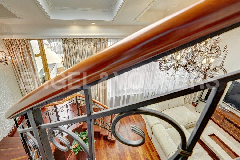 Элитные квартиры в Центральном районе. Санкт-Петербург, Итальянская ул, д.4. Лестница на второй уровень