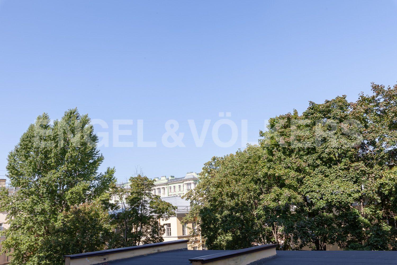 Элитные квартиры в Центральном районе. Санкт-Петербург, Кирочная, 31 к.2. Вид из окна гостиной в сторону Кирочной улицы
