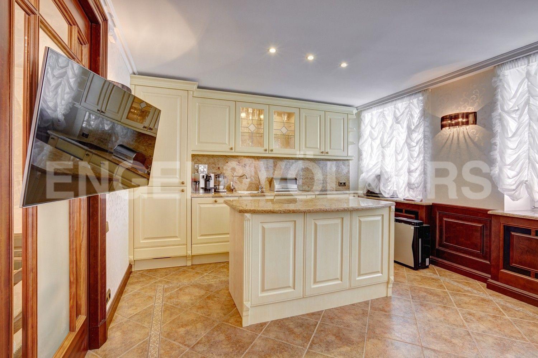 Элитные квартиры в Центральном районе. Санкт-Петербург, Итальянская ул, д.4. Кухонная зона столовой