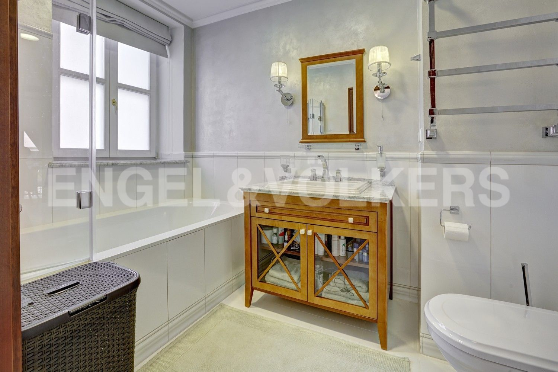 Элитные квартиры в Центральном районе. Санкт-Петербург, Итальянская ул, д.4. Ванная комната с окном
