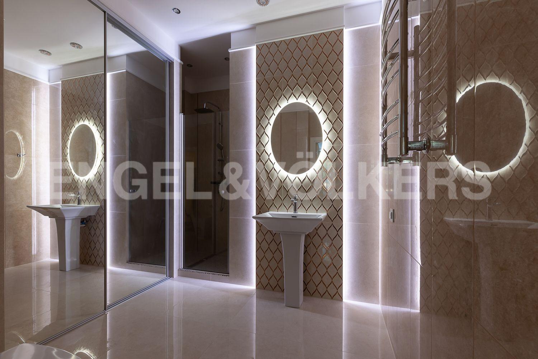 Элитные квартиры в Центральном районе. Санкт-Петербург, Кирочная, 31 к.2. Декоративное освещение в гостевой ванной комнате