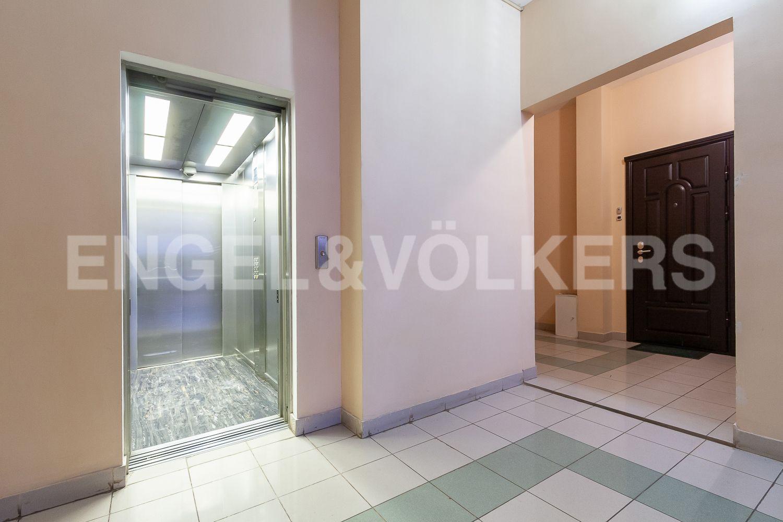 Современный лифт в парадной дома