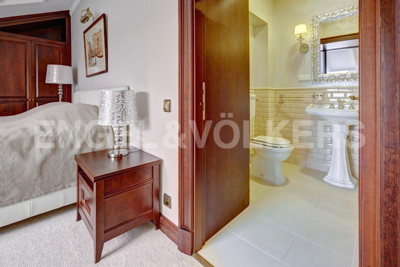 Элитные квартиры в Центральном районе. Санкт-Петербург, Итальянская ул, д.4. Спальня с собственной ванной комнатой