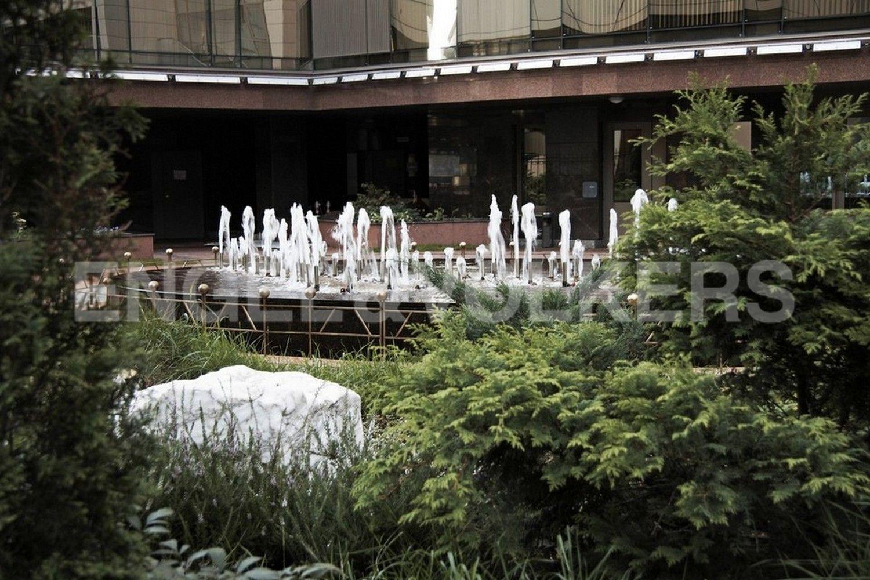 Элитные квартиры в Центральном районе. Санкт-Петербург, Большой Сампсониевский пр. 4-6, лит. А. Действующий в летнее время фонтан на внутренней территории дома