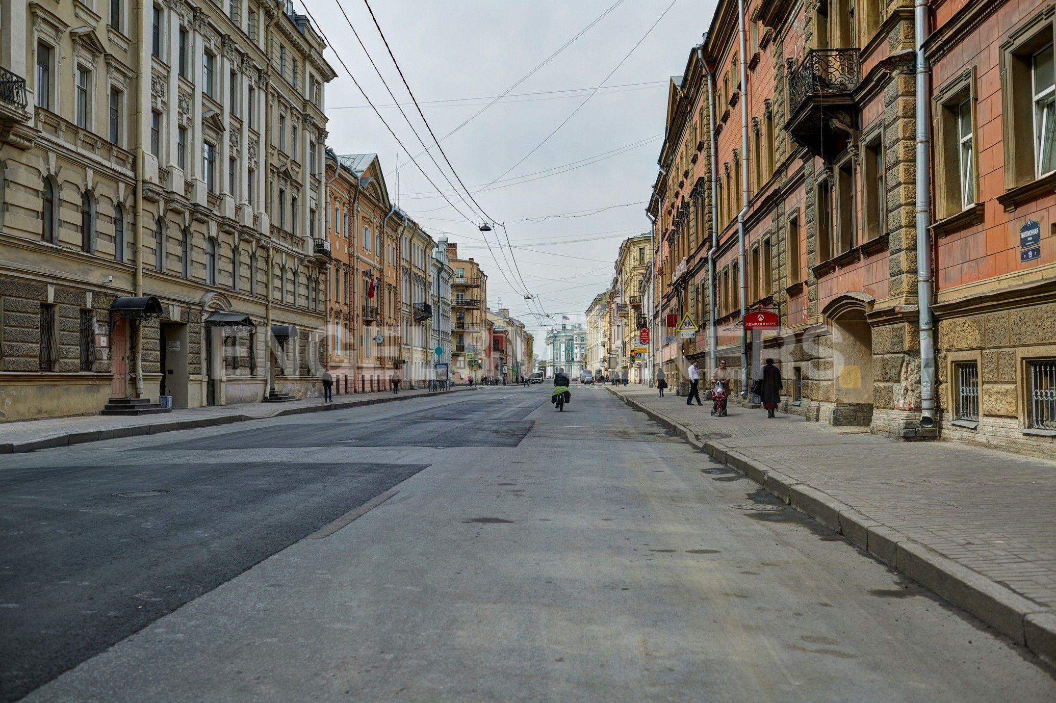 Элитные квартиры в Центральном районе. Санкт-Петербург, Миллионная, 19. Миллионная улица в сторону Дворцовой площади