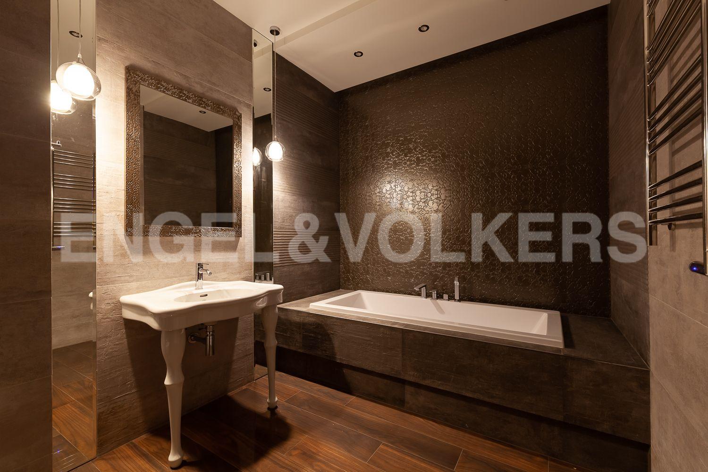 Элитные квартиры в Центральном районе. Санкт-Петербург, Кирочная, 31 к.2. Декоративное освещение в основной ванной комнате