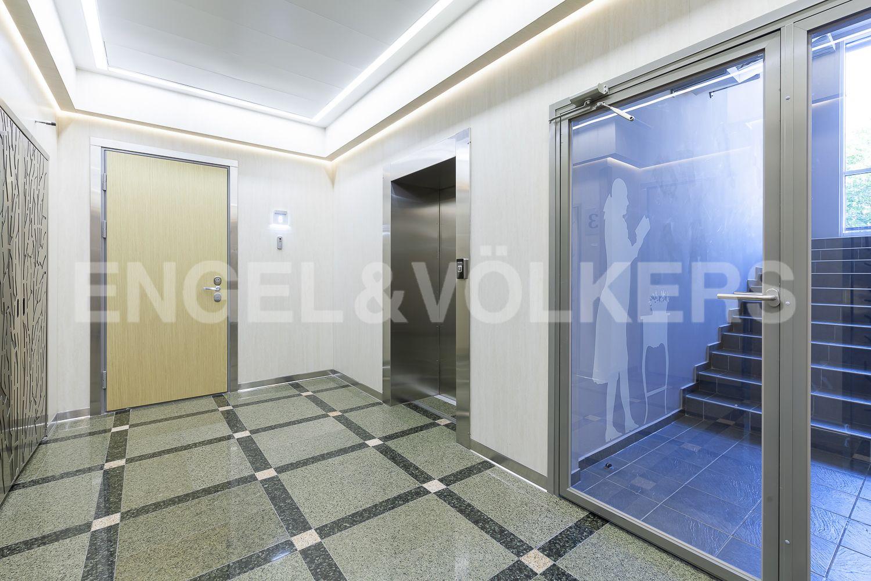 Элитные квартиры в Центральном районе. Санкт-Петербург, Кирочная, 31 к.2, лит. А. Современный лифт в парадной
