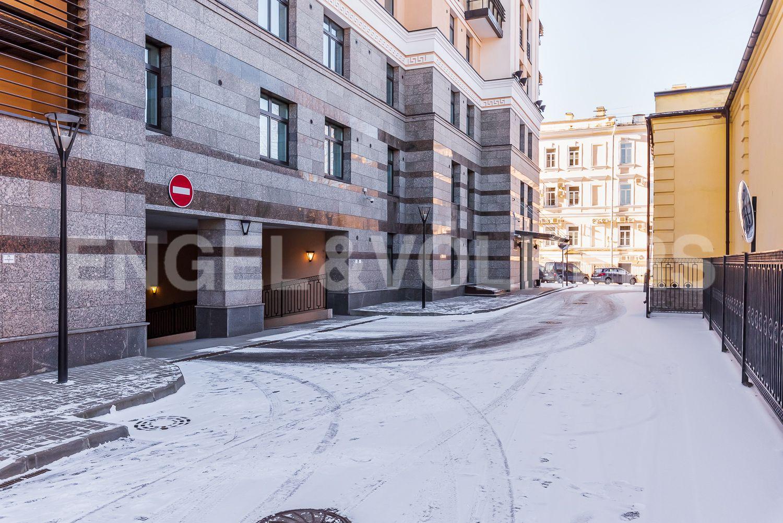 Элитные квартиры в Центральном районе. Санкт-Петербург, Кирочная, 31 к.2, лит. А. Въезд в подземный паркинг дома