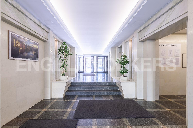 Элитные квартиры в Центральном районе. Санкт-Петербург, Кирочная, 31 к.2. Входная группа с выходом на территорию дома в сторону Кирочной улицы