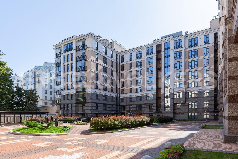 Элитные квартиры в Центральном районе. Санкт-Петербург, Кирочная, 31 к.2. Благоустроенная территория дома
