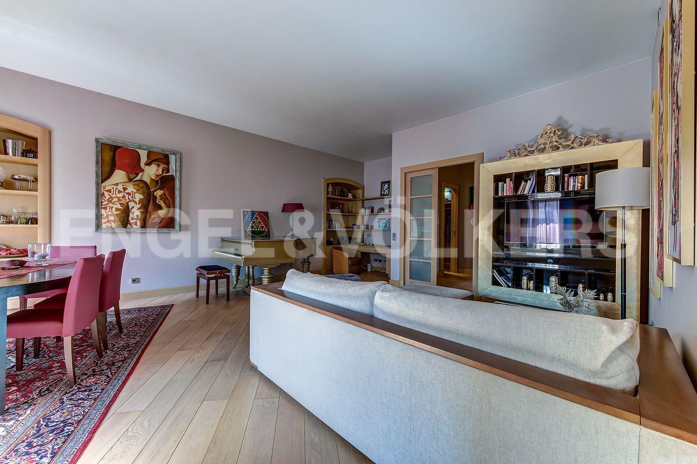 Элитные квартиры в Центральном районе. Санкт-Петербург, Миллионная, 19. Зона отдыха с диванной группой
