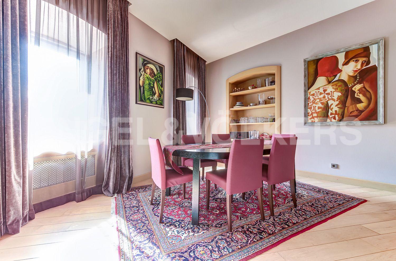 Элитные квартиры в Центральном районе. Санкт-Петербург, Миллионная, 19. Обеденная зона в гостиной