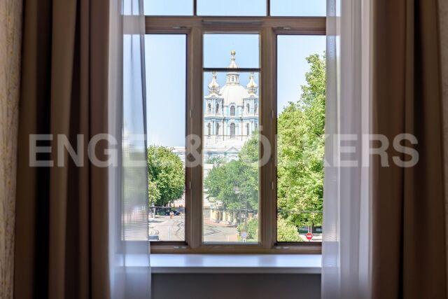 Смольный, 13 – «витрина» Смольного собора
