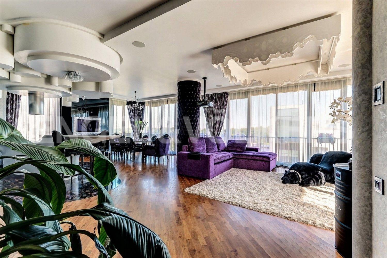 Элитные квартиры на . Санкт-Петербург, наб. Мартынова, 62. Разделение пространства на обеденную и зону отдыха