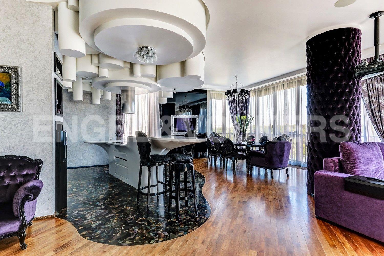 Элитные квартиры на . Санкт-Петербург, наб. Мартынова, 62. Кухонный остров и обеденная зона