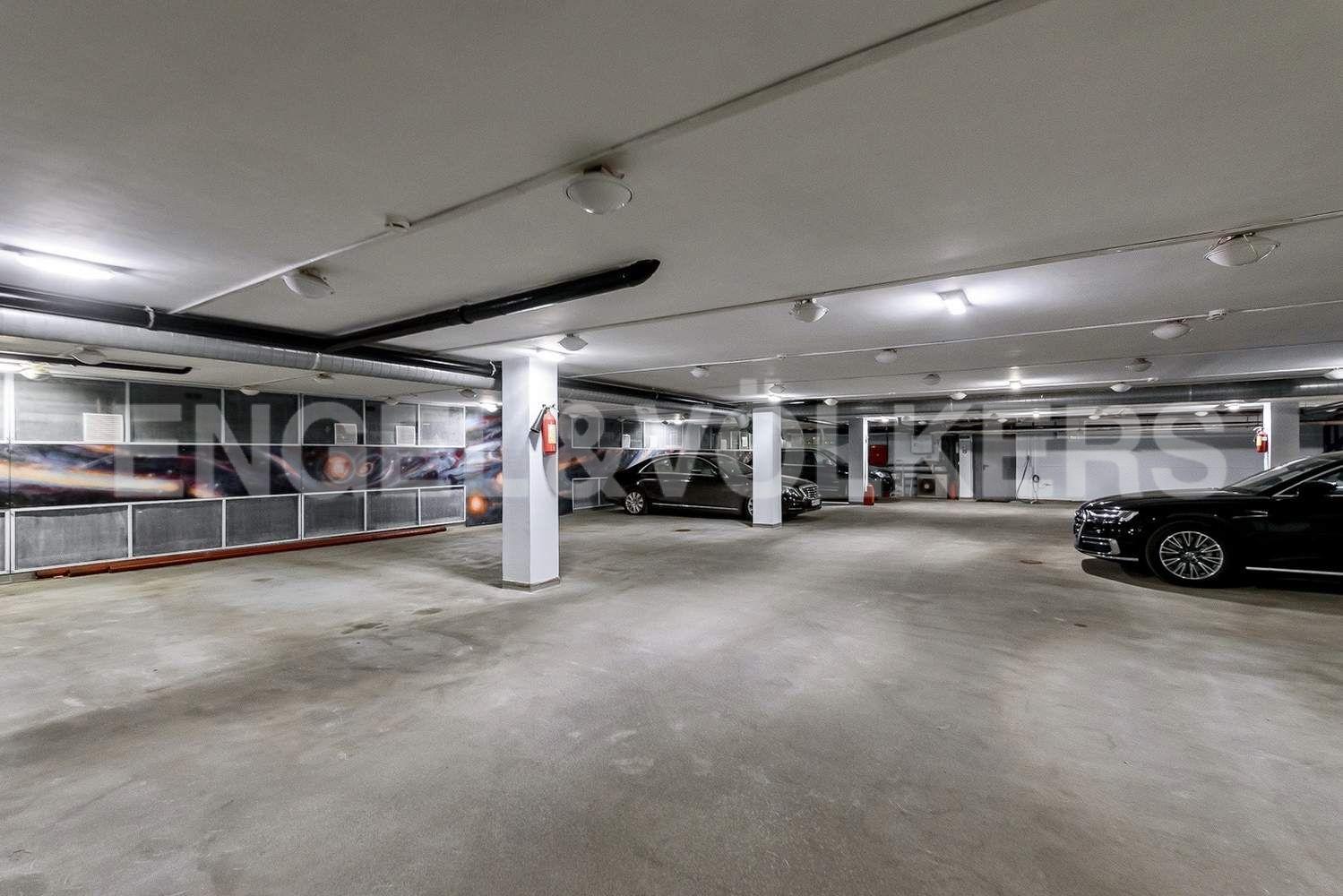 Элитные квартиры в Центральном районе. Санкт-Петербург, Итальянская ул., 4. Отапливаемый паркинг