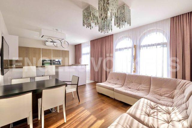«Русский Дом» – семейная квартира в знаковом доме центра Петербурга