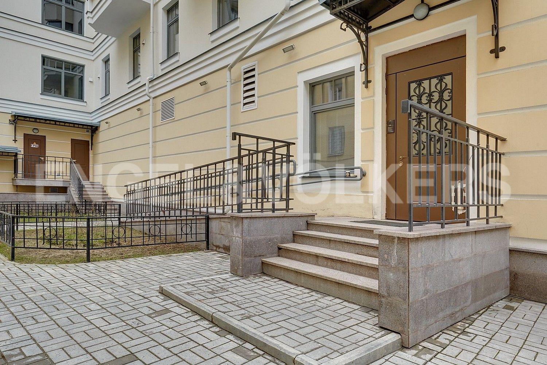 Элитные квартиры в Центральном районе. Санкт-Петербург, 4-я Советская ул, 9. Парадная