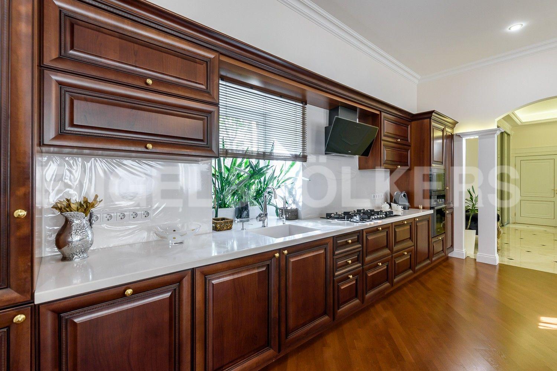 Пространство кухни с окном