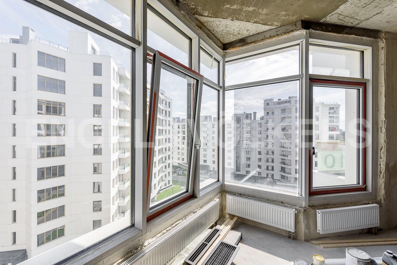 Элитные квартиры в Петроградском районе. Санкт-Петербург,  ул. Ждановская, 45. Мастер спальня с видом во двор