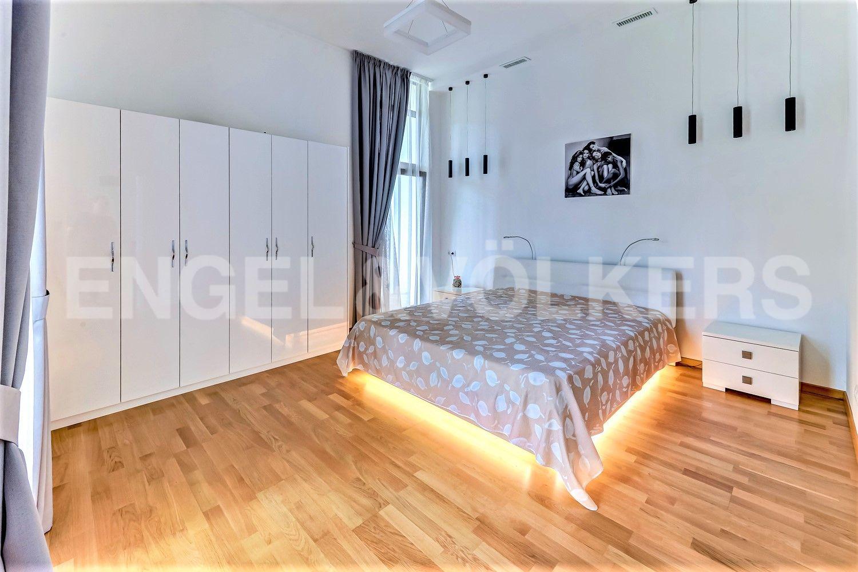 Светлая гостевая спальня с окнами в пол
