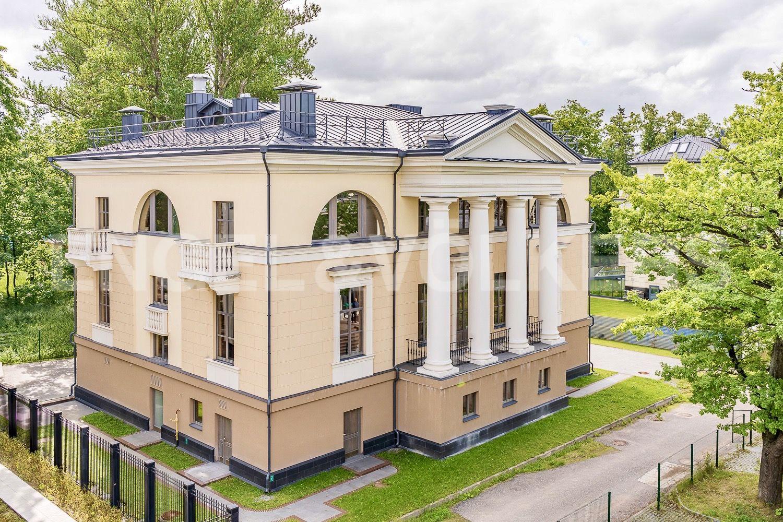 Элитные квартиры на . Санкт-Петербург, набережная реки Крестовки, 3Ас1. Главный фасад особняка