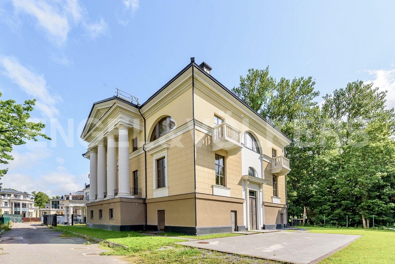 Элитные квартиры на . Санкт-Петербург, набережная реки Крестовки, 3Ас1. Главный фасад и парадный вход